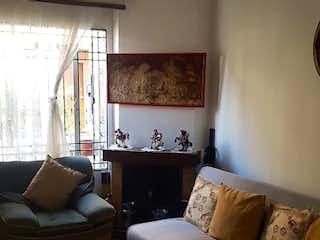 Una sala de estar con un sofá y una mesa de café en Casa en venta en Pradera Norte de 90mts, tres niveles