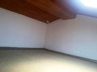 Un cuarto de baño con un aseo blanco y un suelo de madera en Apartamento En Venta En Bogota San Antonio