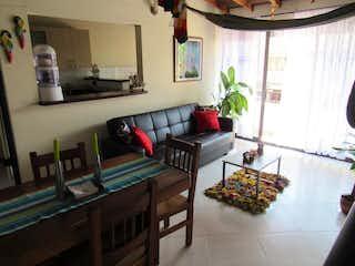 Una sala de estar llena de muebles y una planta en maceta en Casa en venta en  Aranjuez, 82mt con balcon