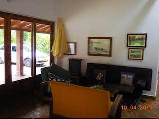 Una sala de estar llena de muebles y una televisión de pantalla plana en Finca en venta en Sopetran de 4 habitaciones