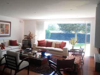 Una sala de estar llena de muebles y una gran ventana en Casa en venta en Condominio Los Arrayanes, de 358mtrs2