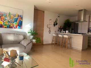Una sala de estar llena de muebles y una chimenea en Apartamento en venta en El Esmeraldal, de 91mtrs2
