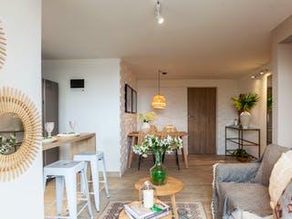Una sala de estar llena de muebles y una lámpara de araña en Arándanos de Fontibón