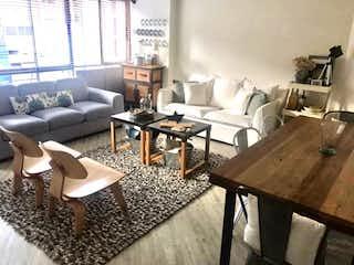 Una sala de estar llena de muebles y una mesa en Apartamento en venta en El Virrey, de 67mtrs2