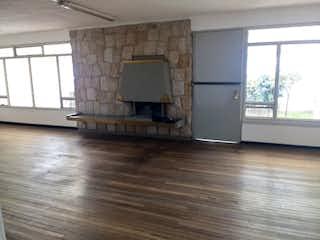 Una sala de estar llena de muebles y una chimenea en Casa en venta en Polo Club de 199mts, dos niveles