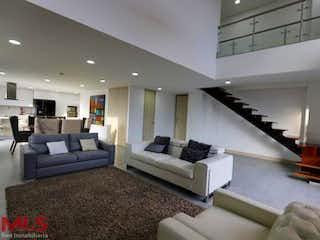 Una sala de estar llena de muebles y una chimenea en Arce (El Esmeraldal)