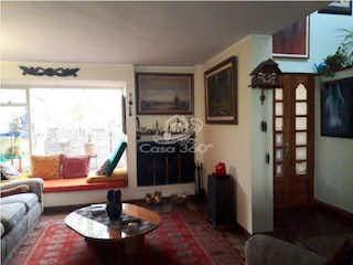 Una sala de estar llena de muebles y una chimenea en Casa en venta en Barrio Cedritos, de 248mtrs2