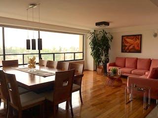 Una sala de estar llena de muebles y una lámpara de araña en Departamento en venta en  Alcantarilla de 3 recámaras