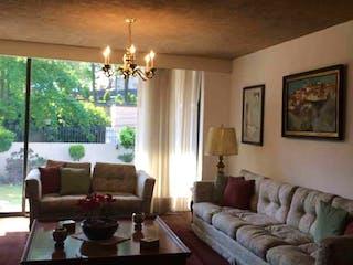 Una sala de estar llena de muebles y una gran ventana en Casa en  venta en Atlamaya de 4 recámaras
