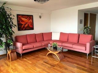 Una sala de estar llena de muebles y una televisión de pantalla plana en Departamento en venta en  Rancho San Francisco Pueblo San Bartolo Ameyalco de  3 recámaras