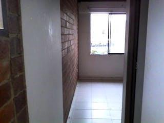 Una ventana que está en una habitación pequeña en Conjunto