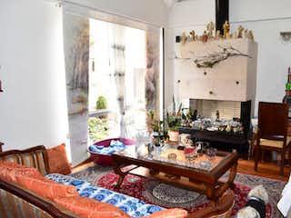Una sala de estar llena de muebles y una ventana en Casa 3 habitaciones Cerca a U Javeriana, 187 mts2-3 Habitaciones