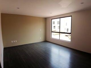 Una habitación con una cama y una ventana en Casa en condominio en venta en  La Magdalena de  3 recámaras