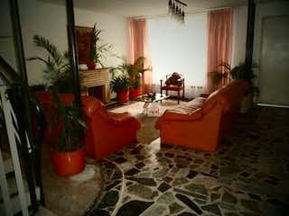 Una sala de estar llena de muebles y una planta en maceta en Vendó casa en el Campin