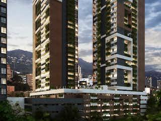 Un edificio alto con una gran torre de reloj en Flats