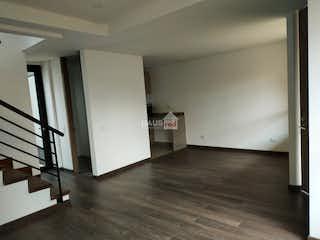 Una cocina con suelo de madera y paredes blancas en Casa en venta en Cota, 106mt de tres niveles
