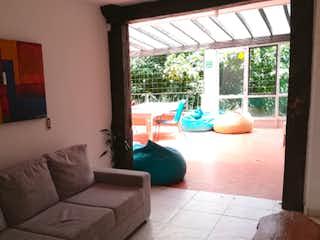 Una sala de estar llena de muebles y una ventana en Pacande