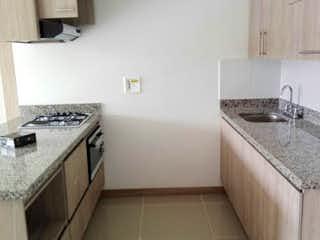 Una cocina con un fregadero y un horno de cocina en Apartamento en venta en Casco Urbano El Retiro, de 61mtrs2