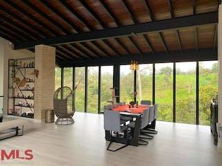 Una sala de estar llena de muebles y una gran ventana en Balmoral