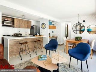 Una sala de estar llena de muebles y una mesa en Flor de Agua