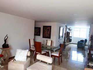Una sala de estar llena de muebles y una mesa en Apartamento en venta en Rosales, de 135mtrs2