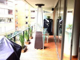 Una persona de pie en un pasillo con un paraguas en Vendo/arriendo apartamento en rosales 3hab  184m2