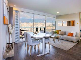 Una sala de estar llena de muebles y una gran ventana en La bahia