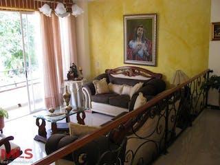 Una sala de estar llena de muebles y una pintura en Cortijo De San Jose