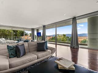 Una sala de estar llena de muebles y una gran ventana en Casa en venta en  Sotileza de 6 habitaciones