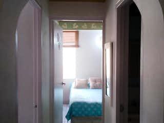 Una habitación con una cama y una ventana en Apartamento en venta en Los Almendros de dos alcobas