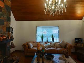 Una sala de estar llena de muebles y una televisión de pantalla plana en Se vende casa en San Jose Bavaria  cuenta con 5 habitaciones