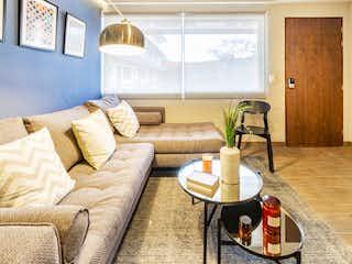 Una sala de estar llena de muebles y una mesa de café en Valeriano 32