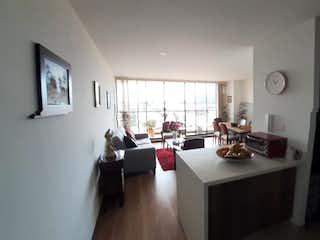 Una sala de estar llena de muebles y una ventana en Apartamento en venta en Chia de tres habitaciones