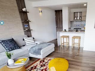 Una sala de estar llena de muebles y una mesa en Tinguazul