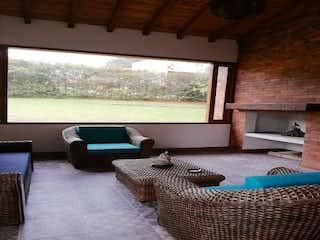 Una sala de estar llena de muebles y una ventana en Casa en venta en Rionegro  de 3 habtiaciones
