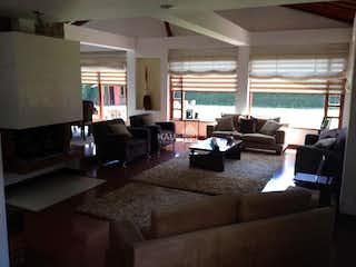 Una sala de estar llena de muebles y una gran ventana en Vendo Casa en Guaymaral