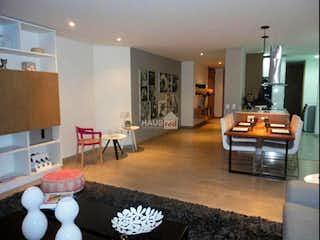 Una sala de estar llena de muebles y una chimenea en Vendo Apartamento en altos de la Cabrera
