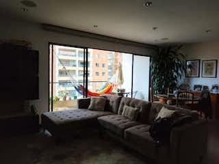 Una sala de estar llena de muebles y una gran ventana en Vendo Apartamento en Lagos de Cordoba