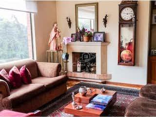 Una sala de estar llena de muebles y un reloj en Apartamento en venta en  Lisboa de 3 habitaciones