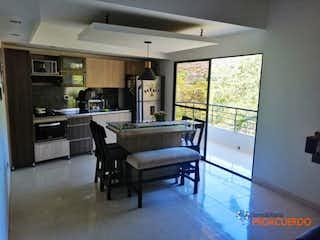 Una cocina con una mesa y sillas en ella en Casa en venta en Caicedo de tres habitaciones