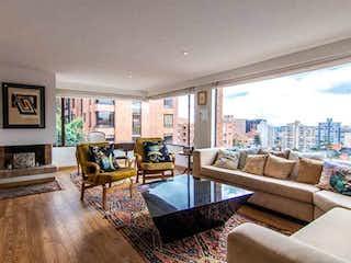 Una sala de estar llena de muebles y una chimenea en apartamento en venta en Rosales, de 133mtrs2