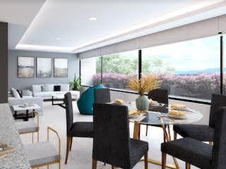 Una sala de estar llena de muebles y una gran ventana en Mio Escandón