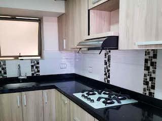 Una cocina con una estufa y un fregadero en Apartamento en venta en Universidad Medellín, de 91mtrs2