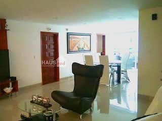 Una sala de estar llena de muebles y una televisión de pantalla plana en Vendo Casa Chia duplex con amplias zonas