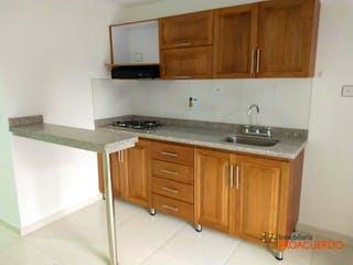 Una cocina con armarios de madera y un fregadero en Apartamento en venta en Calle Larga, de 40mtrs2