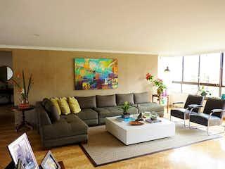 Una sala de estar llena de muebles y una televisión de pantalla plana en edificio casa loma