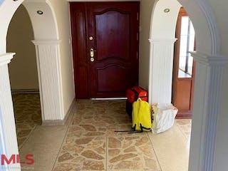 Un dormitorio con una cama y una cama en Casa en venta en La Castellana, 520mt con balcon