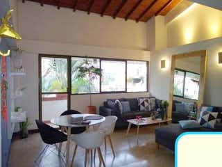 Una sala de estar llena de muebles y una ventana en Apartamento en venta en Belén Centro, 140mt con terraza