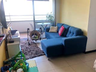 Una sala de estar llena de muebles y una ventana en Apartamento en venta en Suramérica, 71mt
