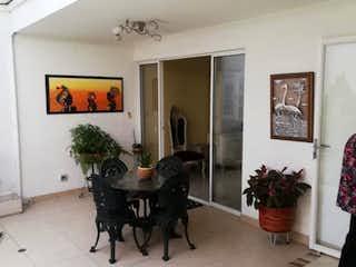 Una sala de estar llena de muebles y una mesa de café en Casa en venta en Estadio Norte  de  4 habitaciones